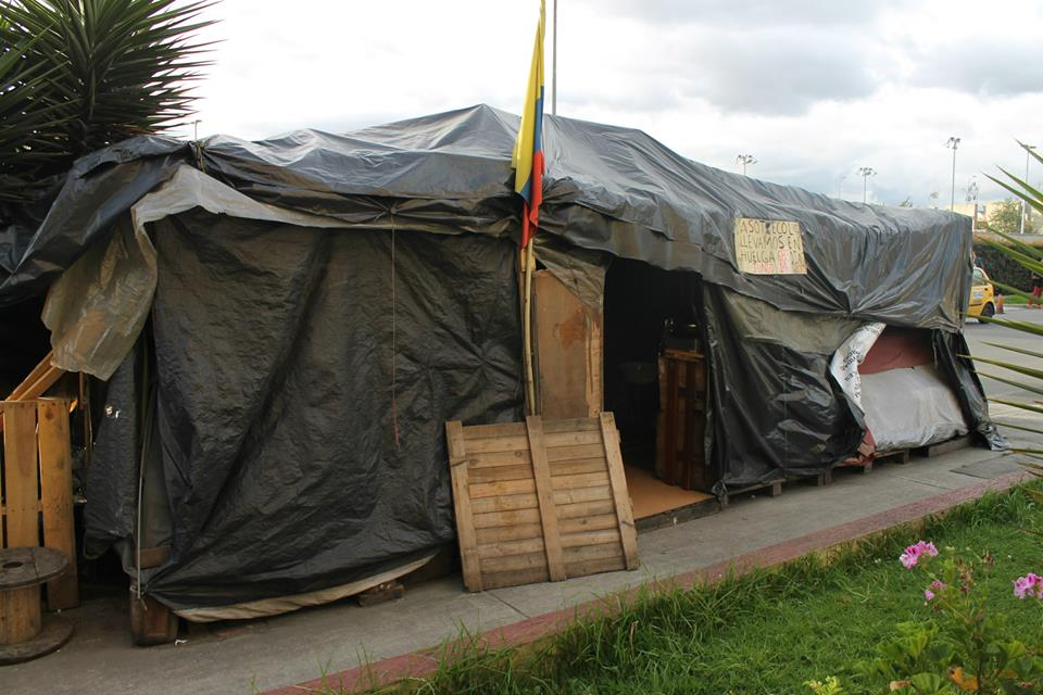 "ASOTRECOL's tent encampment has been in front of the U.S. Embassy in Bogotá for <span class=""dcountup"" data-time=""238130152"">2756 days</span>."
