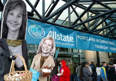 Activists bring ASOTRECOL's struggle to Portland Autoshow using larger-than-life puppets.